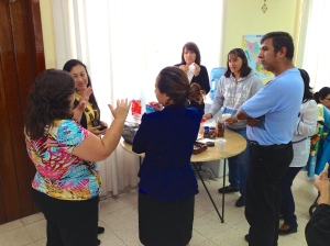 Class discussion continues during coffee-breaks in Puebla.